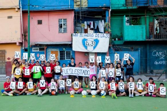 La Nuestra Fútbol Femenino, Barrio Güemes, Villa 31, Buenos Aires, Argentina, en apoyo a familiares de los normalistas secuestrados en México.